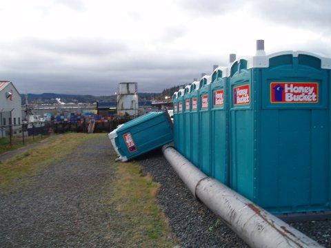 ¿Crees que estás teniendo un mal día? Portable-toilet-knock-push-fall-over-funny